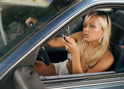 Девушки за рулем вдвое чаще парней отвлекаются на мобильные устройства