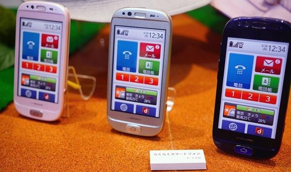 Docomo анонсировал RakuRaku - мощный смартфон для пожилых людей