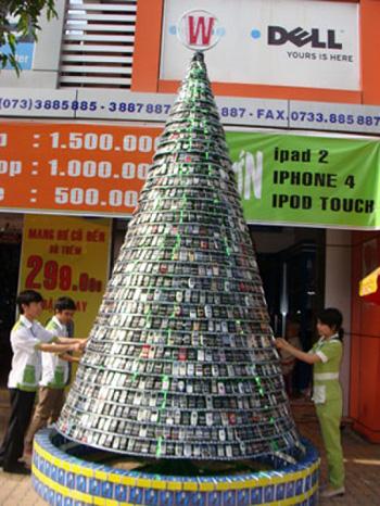 Вьетнамцы соорудили елку из старых мобильников